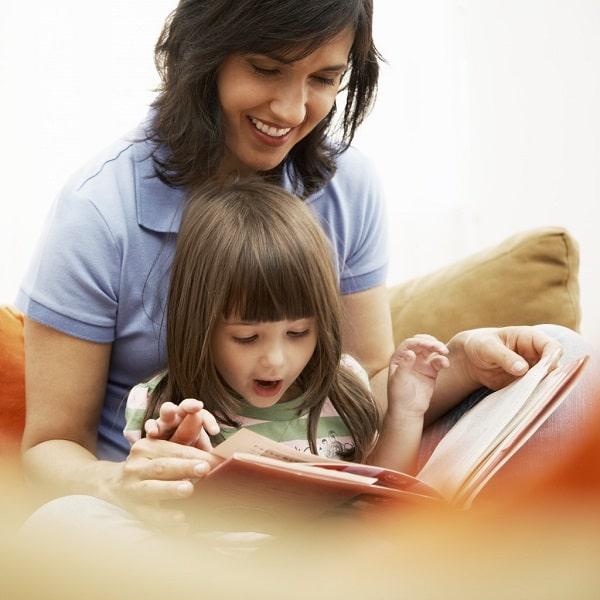 مادر برای دخترش کتاب می خواند تا بهتر حرف بزند.
