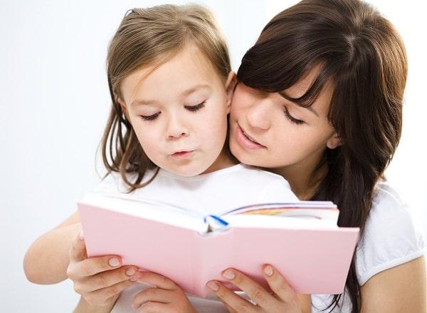 مادر از طریق خواندن کتاب با دخترش تعامل برقرار می کند.