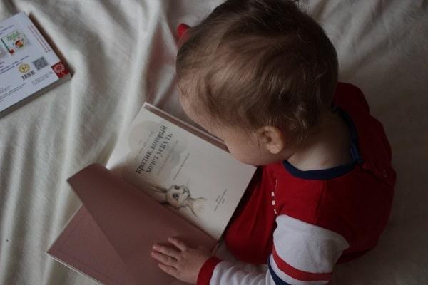 کتابخوانی برای نوپایان، کمک قابل توجهی به رشد گفتار و زبان آنها میکند.