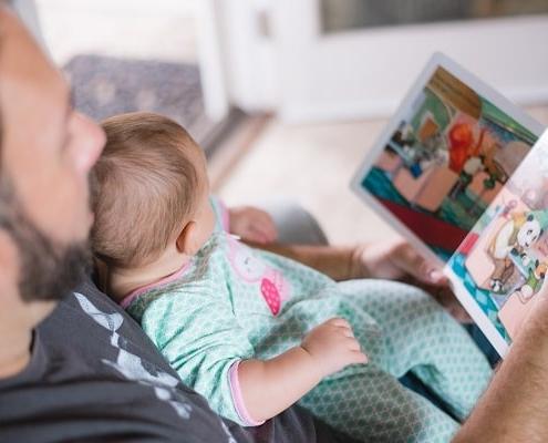 پدر برای کمک به حرف زدن کودکش برایش کتاب می خواند.