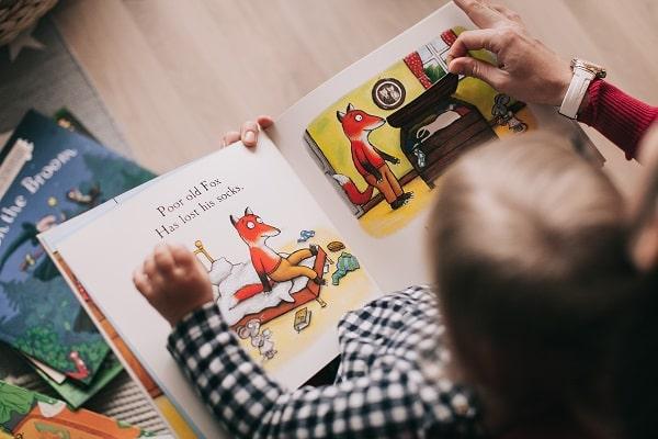 کودک به تصویری از کتاب علاقه نشانه می دهد.